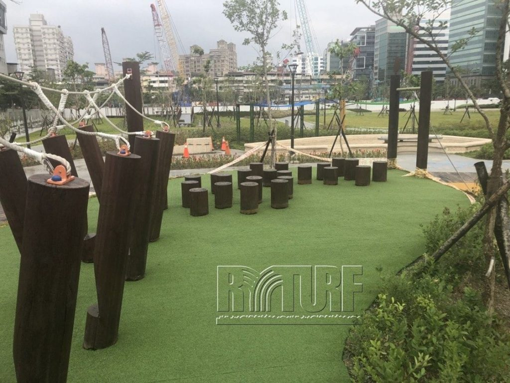 台北市內湖區知名公園人工草景觀